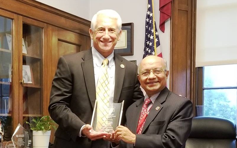 Gautam presents RESULTS Award to US Rep Dave Reichert