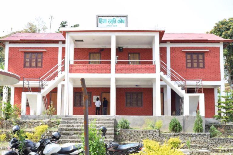 कुलचन्द्र गौतमको गाउँ मोह: बर्षेनी शिक्षा र स्वास्थको कोशेली बोकेर घर पुग्छन